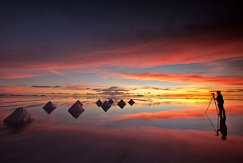 Photographer-and-salt-cones-at-sunset-on-the-Salar-de-Uyuni-Bolivia