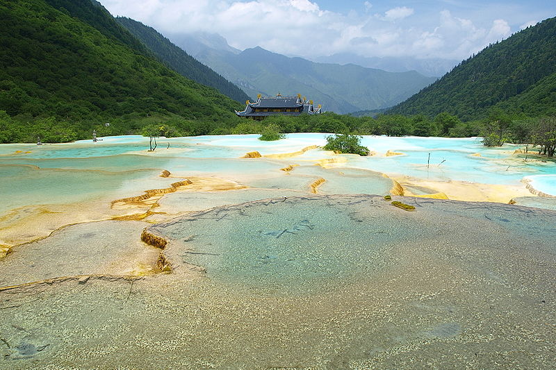 800px-Five-colored-Pond_and_Huanglong-temple_Huanglong_Sichuan_China
