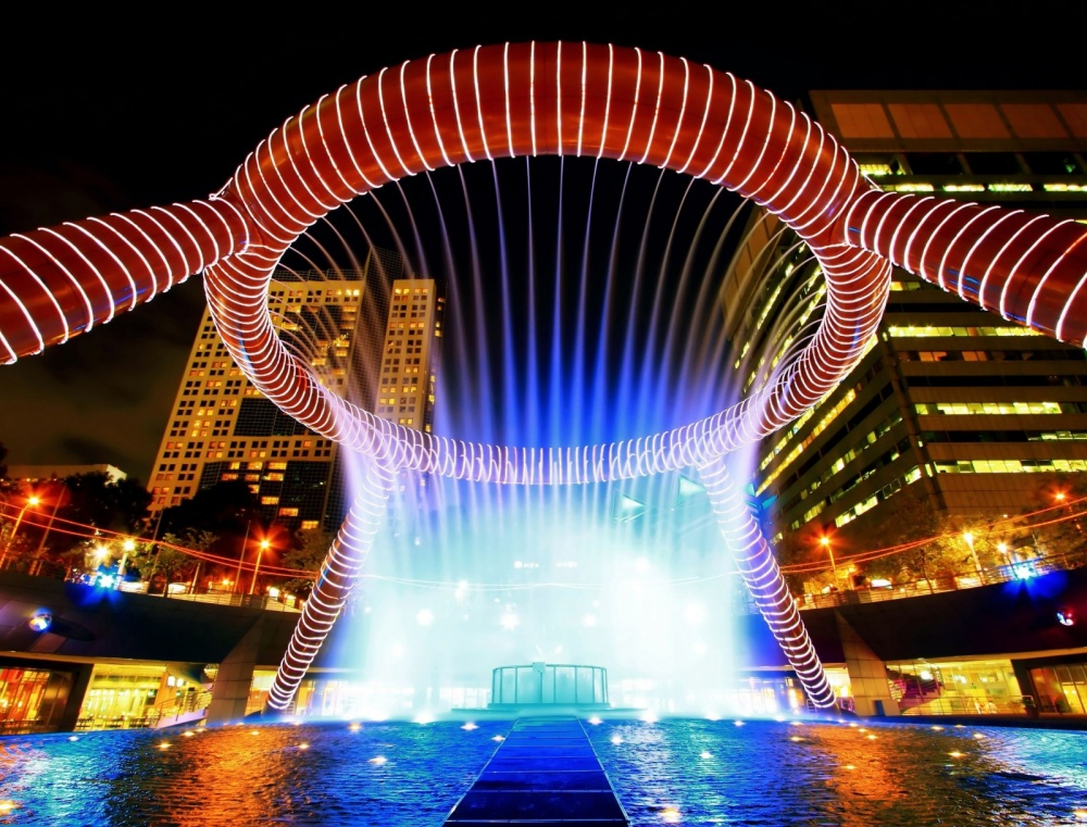14753460-R3L8T8D-1000-fountain-of-wealth-with-suntec-towers-at-dusk-in-singapore-1600x1219