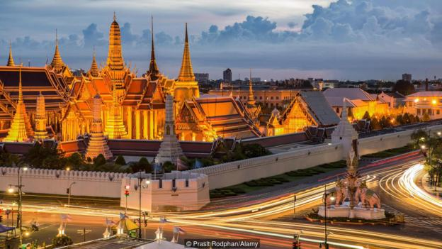EB289Y Grand palace at twilight with light from traffic in Bangkok, Thailand