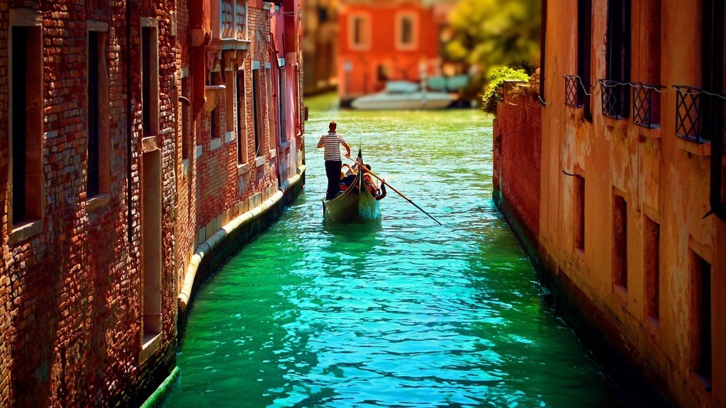 Narrow-canal-of-Venice